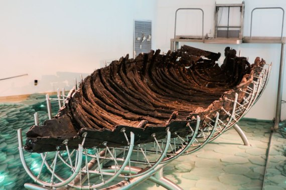 2000 year-old fishing boat found at Sea of Galilee 1986 (drblyisrael15.wordpress.com)